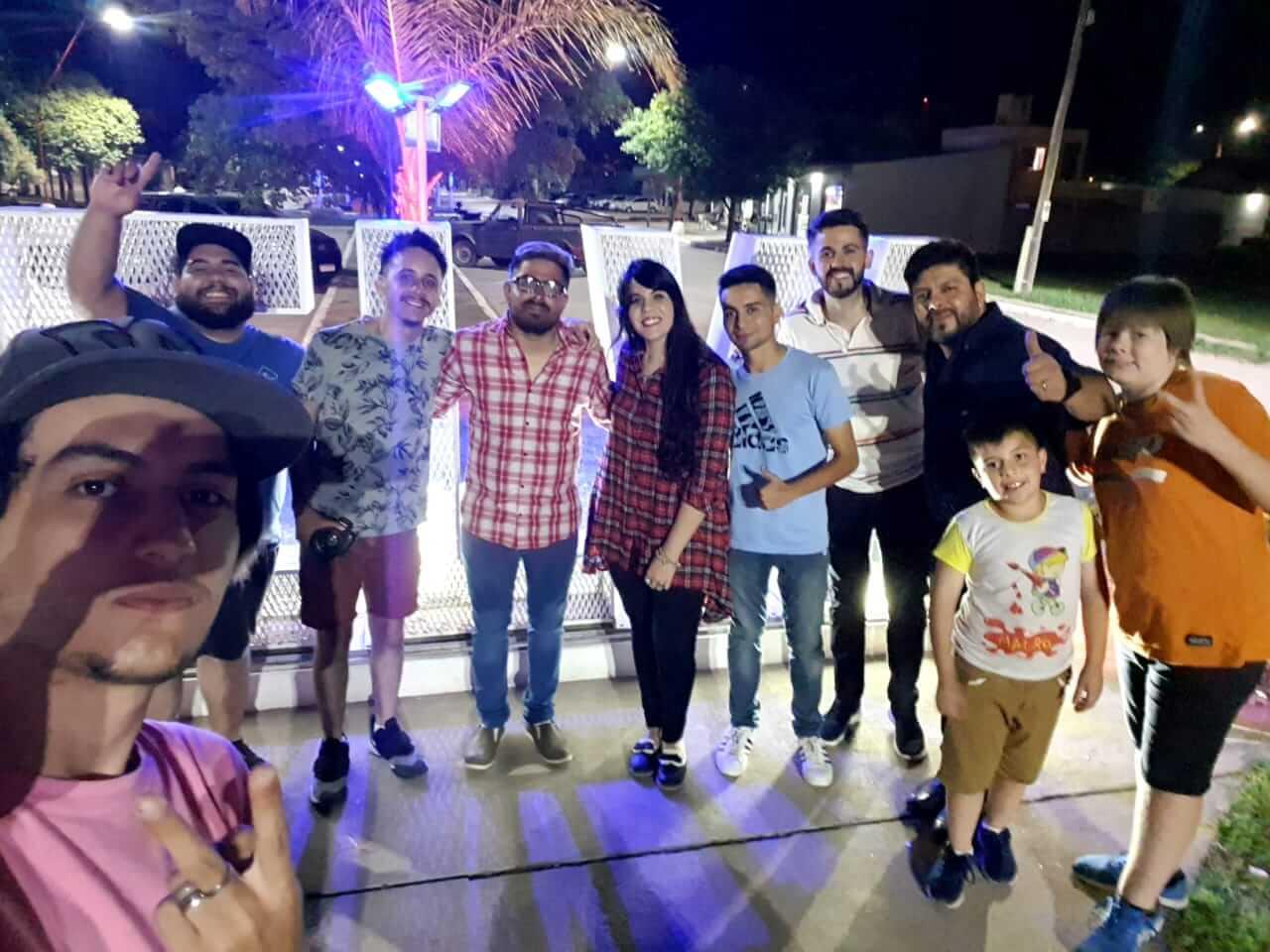 Emmanuel Diaz y el grupo de personas que participaron en el rodaje del videoclip