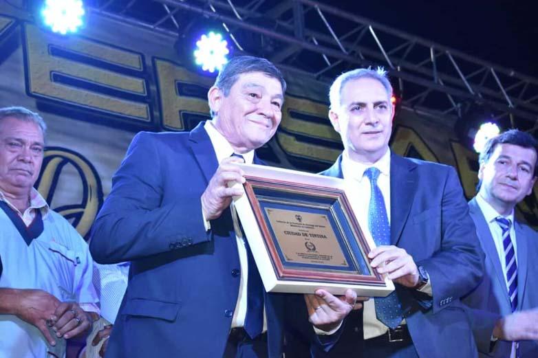 González entregó un reconocimiento al Ministro de Gobierno.