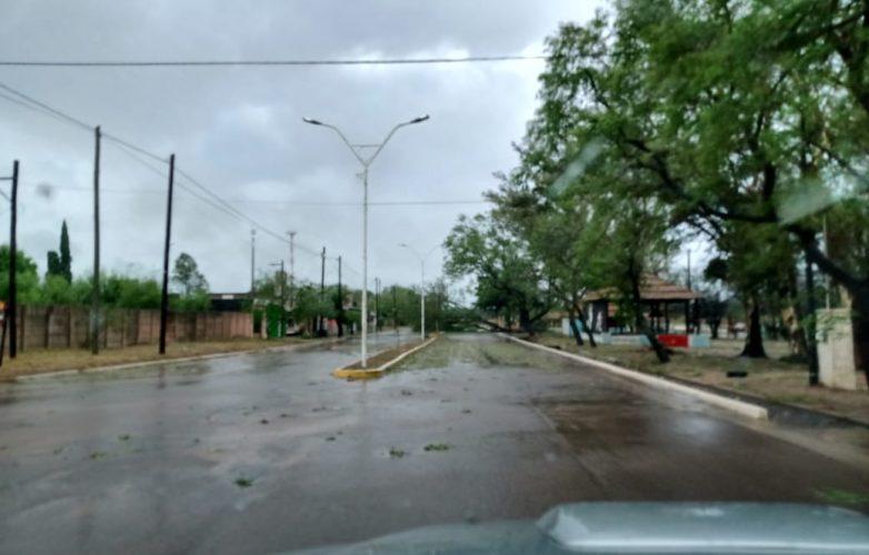imagenes-impactantes-del-temporal-de-viento-y-lluvia-en-sumampa-11